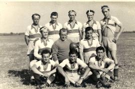 1953 ASV Zurndorf 1.R. Schweigl F. Pflamitzer G. Renkl O. 2. R. Dürr F. Dürr A. Hutfleß A. 3. R Pamer M. Kuhne K. Liedl J. Schweigl J. Weiss K.