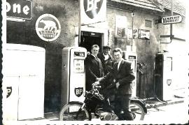 1963  J. Siebenstich, Hr. Horvath, J. Horvath, (Bill) an der BP Tankstelle