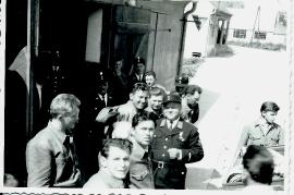 1960er v.l. W. Szigeti, A. Kuruz, Georg Dürr, F. Meixner, J. Meixner, P. Roth, P. Weiss, A. Reif, M. Bauhofer, M. Meixner, M. Schiszler, ?, beim Feuerwehrhaus 14FM