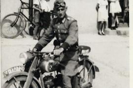 1940 74 vor dem Gasthaus Thell