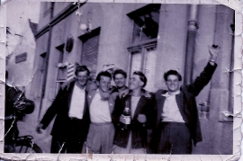 1950er Burschen vor dem Gh. Thell 28WE