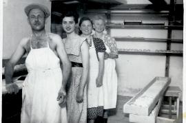 1950er Bäckermeister R. Weiss, und Personal in der Backstube 70WB