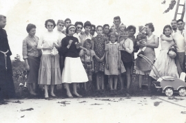 1959 beim Kirschenpflücken H. Fischer, E. Nestlinger, E. Strobl, W. Strobl, A. Sochr (Sörös), E. Fischer, E. Fischer, I. Sochr (Pamer), F. Fischer, G. Pflamitzer 1KP